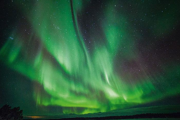 Apparitions fantasmagoriques teintées de vert, d'orange, de rouge sang quelquefois, les aurores boréales embrasent régulièrement les ciels de Laponie.