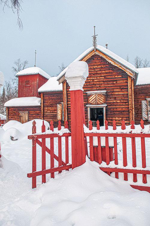 Il y a fort longtemps, au milieu du XVIIIe siècle, elle était au centre du village, où les habitants se regroupaient pour passer les longs mois d'hiver. Puis le bourg s'est déplacé vers l'actuel Inari. Ne reste plus qu'elle, l'église des terres sauvages de Pielpajärvi, réchappée des affres de la Seconde guerre mondiale et esseulée dans une clairière de bouleaux.