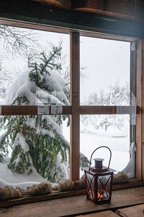 Au froid très sec du Grand Nord succède la douce chaleur des intérieurs lapons. Au-dehors, des paysages d'une beauté enfantine qui laisseraient encore croire au Père Noël.