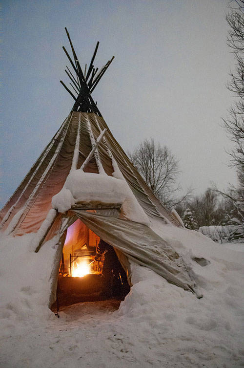 Sorte de tipi fait en bois de bouleau, le kota servait à l'origine aux éleveurs de rennes samis. C'est dans cet habitat traditionnel que les touristes se réchauffent en attendant le bon vouloir des aurores boréales.