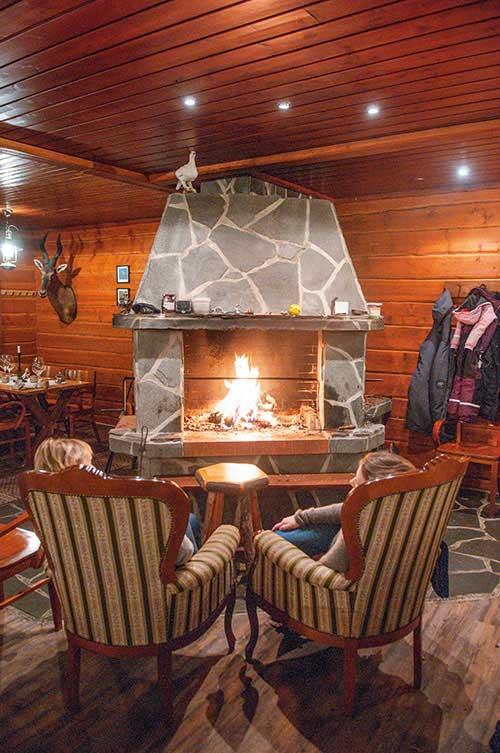 À Saariselkä, le restaurant Laanilan Kievari offre un chaleureux refuge pour découvrir les spécialités locales.
