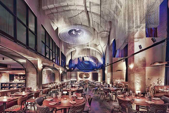 Un intérieur sombre typiquement new-yorkais, un design signé par le Rockwell Group et l'artiste Edoardo Tresoldi : le Moxy East Village entend faire de son restaurant Cathedrale une adresse très courue.© Marriott