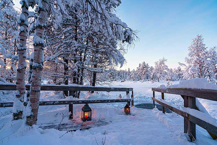 Un trou dans la neige pour plonger dans la rivière gelée au sortir du sauna : un art de vivre où les piqûres du froid sont atténuées par une intense chaleur.