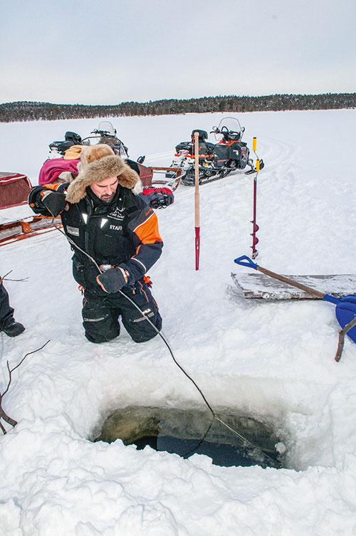 Agenouillés comme le veut la tradition, les voyageurs peuvent s'exercer à la pêche au trou. L'attente est souvent longue – ce qui ne rebute pas les touristes chinois qui adorent cette pratique –, mais la prise est naturellement de toute première fraîcheur.