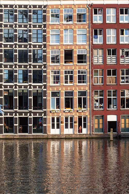 Amsterdam - C'était la grande ville-monde du temps de son Âge d'or au XVIIe siècle. Détrônée par Londres, avant que New York ne s'impose à son tour, Amsterdam joue aujourd'hui sur ses atouts, celle d'une ville à taille humaine infiniment agréable à vivre. Une métropole dans l'air du temps axée autant sur le développement durable que sur l'innovation. © Ludovic Maisant