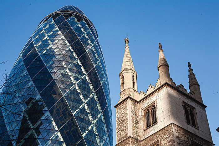 LONDRES - C'est le privilège des aînés. Depuis le XVIe siècle, la City est le cœur battant de la puissance britannique, mais aussi un des poumons de la vie londonienne avec ses magasins, ses restaurants, ses pubs historiques. Un quartier animé depuis des lustres qui s'est donné de nouvelles touches architecturales en guise de traits d'union entre le passé et l'avenir, qu'importe le Brexit. © Ludovic Maisant