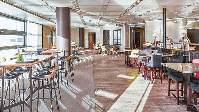 L'accès aux salons des aéroports est, avec le passage prioritaire des contrôles de sécurité, l'un des avantages les plus appréciés par les voyageurs fréquents. Ici, le Panorama Lounge de Lufthansa, troisième salon business inauguré, en janvier 2019, par la compagnie au sein du Terminal 1A de son hub de Francfort.© Lufthansa