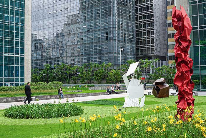 """Sao Paulo - Comment rendre plus vivable, et donc plus attractive, une ville tentaculaire de plus de 10 millions d'habitants ? C'est un des défis auquel est confrontée """"Sampa"""", sans doute une des villes les plus importantes du XXIe siècle avec pour point focal de l'activité économique brésilienne, voire de toute l'Amérique du Sud, sa célèbre avenue Paulista.© Ludovic Maisant"""
