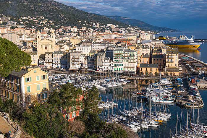 Sous des dehors un rien sévères, Bastia dégage une vraie douceur de vivre méditerranéenne. Posée à flanc de montagne, la ville dégringole de l'ancienne citadelle vers le port. Un charmant point de départ pour rayonner en Haute Corse, du cap Corse aux villages perchés de Balagne, jusqu'à Corte, au centre de l'île.