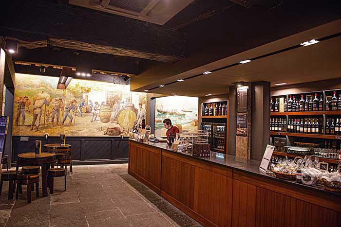 Le Blandy's Wine Lodge, pour tout savoir sur la production du célèbre vin de Madère et le déguster dans l'une des plus belles caves de l'île.