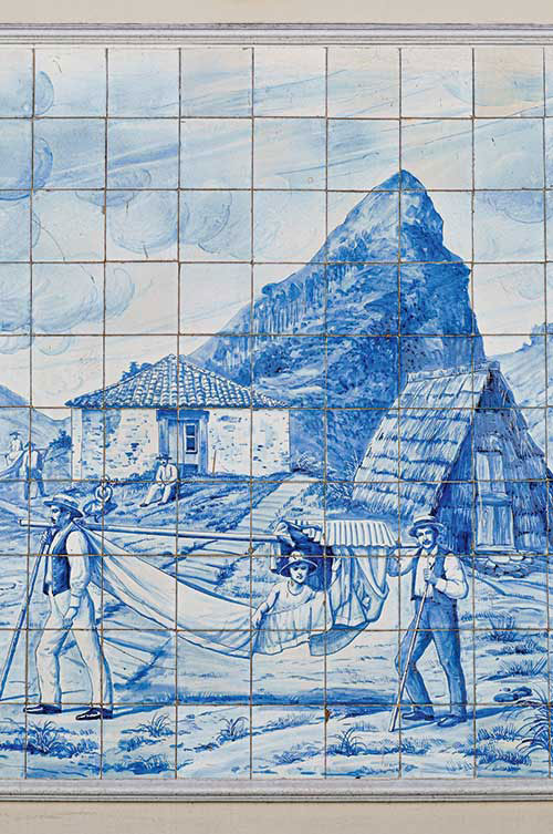 Sur les murs du café Ritz, des azulejos racontent les spécificités de l'île, la vannerie, les vendanges et les promenades en hamac des dames d'autrefois.