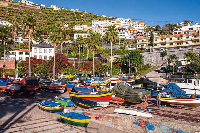 Commerçants et connaisseurs, les Anglais sont tombés amoureux du micro climat de Madère, et plus encore de son vin. Venu y soigner une mauvaise grippe dans les années 50, Winston Churchill aimait à peindre le charme du petit port de Camara de Lobos et ses barques colorées.