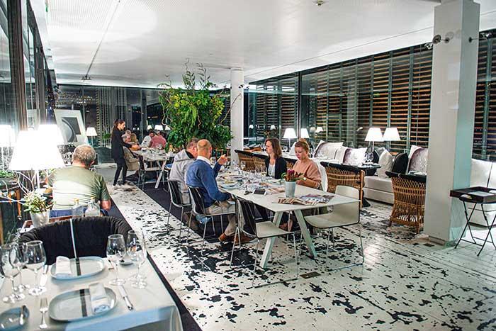 Les murs contemporains du Design Centre Nina Andrade Silva accueillent une table haut de gamme.