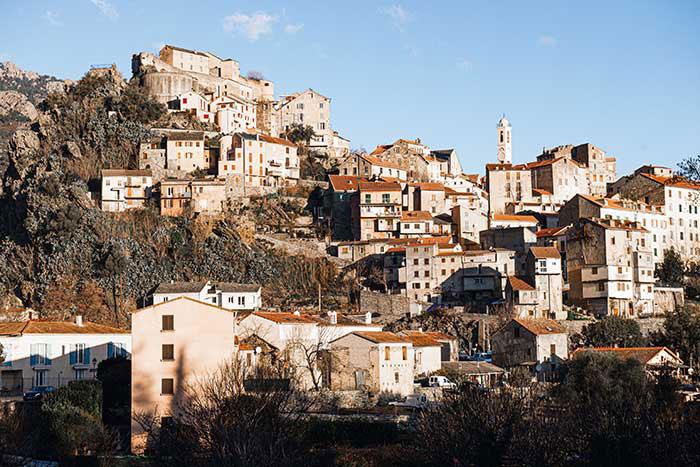 Citadelle de l'intérieur, Corte est le bastion de l'âme corse. Épicentre géographique et historique de l'île, la ville de naissance de Pascal Paoli fut sa première capitale et hébergea sa première université. Elle conserve toujours précieusement son identité insulaire.