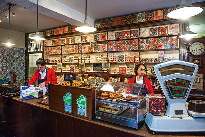 Depuis 120 ans, la Fabrica Santo Antonio se plaît à proposer de délicieux biscuits secs au sucre de canne ou au miel. Une des étapes clés des food tours, entre deux dégustations de vin.