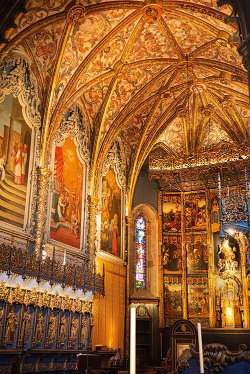 Simple d'extérieur, la cathédrale de Funchal dévoile un intérieur richement décoré avec ses plafonds peints en caissons de cèdre ciselé et un remarquable retable de l'école flamande.