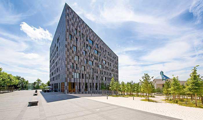 Siège des institutions européennes, cœur de la place financière, le plateau de Kirchberg se voue aussi à l'architecture avec le musée d'art moderne, conçu par I.M. Pei, ou l'hôtel Melia (ici en photo).