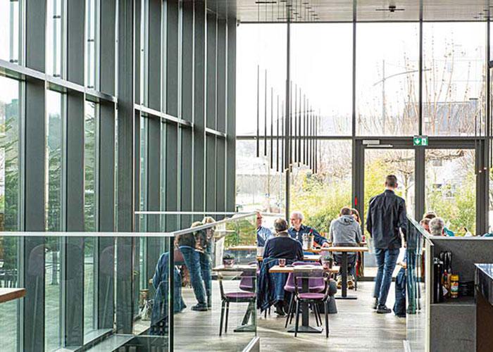Une capitale classée à l'Unesco, une nature en grand vert bercée par l'Alzette et la Moselle : le pays n'a pas que ses banques pour séduire (ici, le restaurant Bistrot Quai).