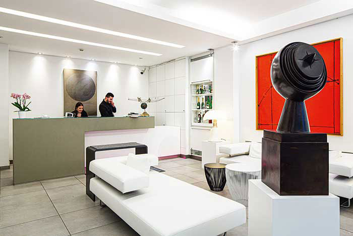 Dans un décor épuré, l'hôtel Simoncini combine hospitalité et art contemporain.
