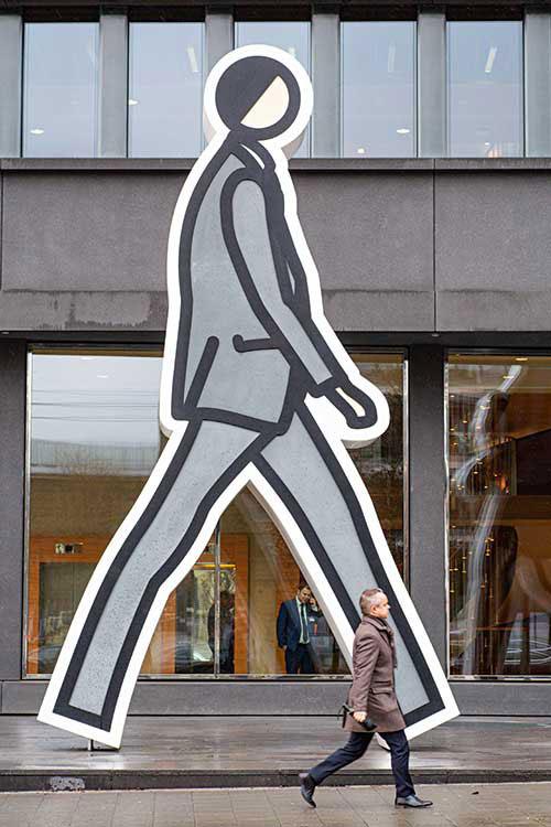 """Le quartier d'affaires de Kirchberg met de l'art dans son univers business avec des collections d'entreprises, comme ici l'ensemble de sculptures """"Walking in the city"""" de Julian Opie devant les bureaux du cabinet d'avocats Arendt."""