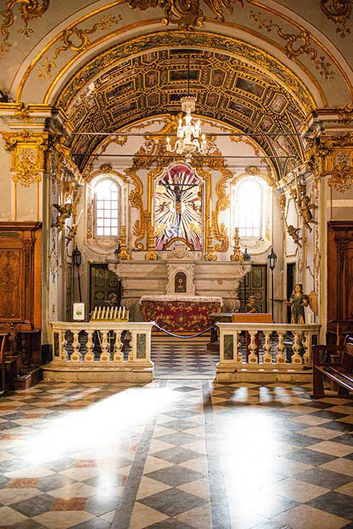 """Savamment rococo, l'oratoire de la confrérie de la Sainte-Croix renferme un trésor, le Christ Noir des Miracles. Objet de vénération pour les marins, il aurait été retrouvé par des pêcheurs d'anchois dans leurs filets, en 1428. Depuis lors, le 3 mai, date de cette pêche miraculeuse, les Bastiais honorent """"U Cristu Negru"""" lors d'une bénédiction en mer."""