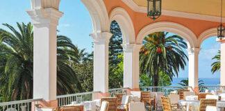 """La terrasse du Reid's Palace, sans doute un des lieux parmi les plus civilisés au monde ; parmi les plus nostalgiques aussi avec tous ces souvenirs de l'impératrice SIssi venue promener sa mélancolie dans """"l'île au printemps éternel""""."""