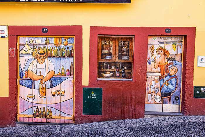 À l'initiative de la municipalité, des artistes ont redécoré les portes des échoppes et cafés de la plus ancienne artère de la ville, la rue Santa Maria, tracée en 1430.