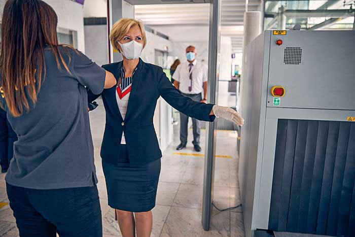 Caméras thermiques pour contrôler la température à l'arrivée à Dubai, sécurité respectant les gestes barrières : les aéroports ont adapté les parcours des voyageurs aux exigences sanitaires. © DR