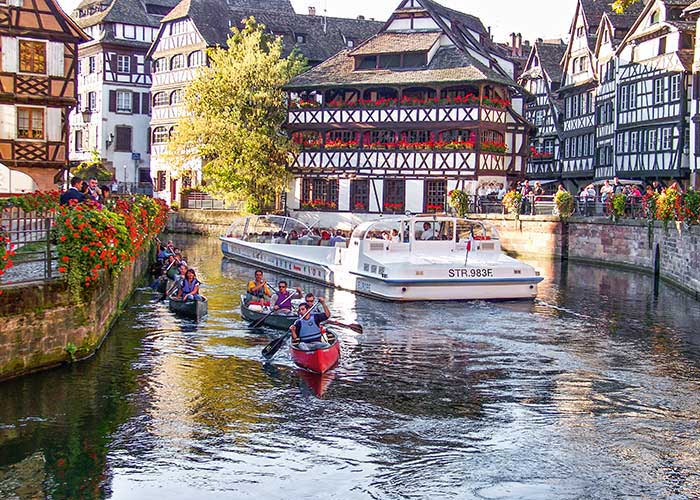 Dans le ton des mobilités douces, Strasbourg se découvre au fil de l'eau avec des parcours en canoé sur les canaux traversant le quartier de la Petite France. © Takamaka