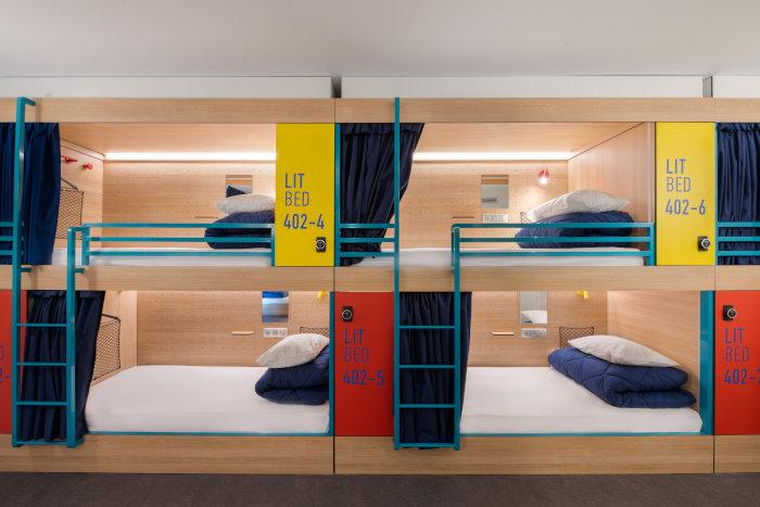 Des lits-capsule équipés de prises, de lampe liseuse et d'un rideau 100% occultant.