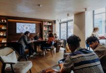 Maison Mère dédié une salle au coworking et rencontres.